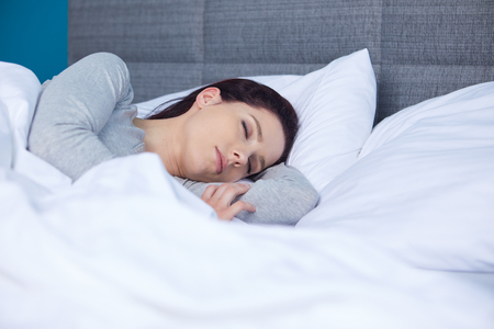 Slaapkamer Slaap Wolken : Mooi meisje slaapt in de slaapkamer liggend op bed geïsoleerde
