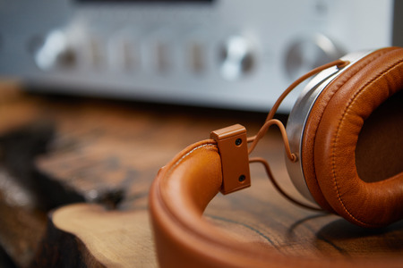 Vintage Headphones lie on a wooden table. Background amplifier hifi 版權商用圖片 - 80474336