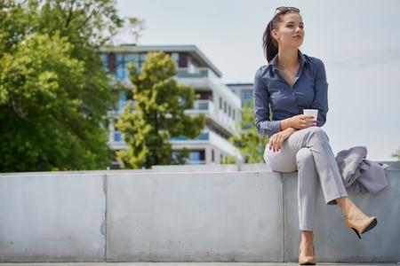 Mooie zakelijke vrouw op de achtergrond van het moderne kantoor