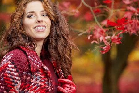 Schöne Frau in der Herbst-Park Standard-Bild - 84978587