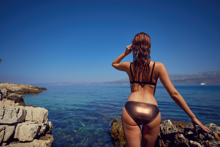 Chica atractiva joven disfruta de día de verano caliente en la playa . Foto de archivo - 85546150