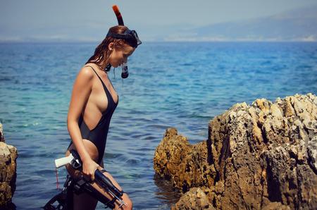 セクシーな女の子は、海に潜ってください。