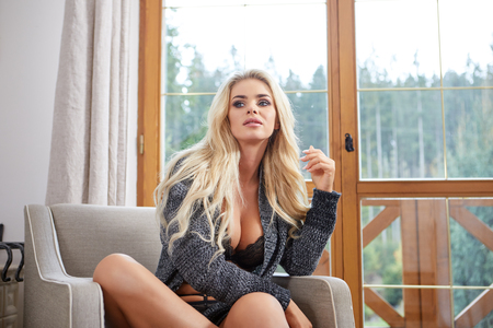 女性は窓際の椅子で休んでいます。
