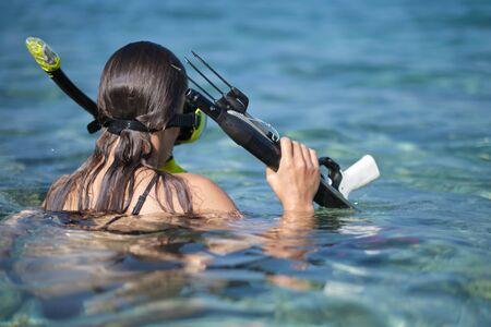 Pistolet de chasse sous-marine Aqua woman plongeur. Banque d'images