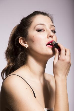 jonge vrouw die rode lippenstift