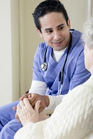노인 환자를 돕는 남성 간호사 스톡 콘텐츠
