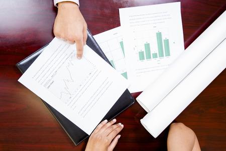 papeles oficina: Cerca de las manos en el escritorio con los papeles de oficina