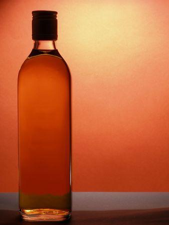 over packed: Confezionato bottiglia di whiskey su sfondo rosso con lo spazio per il testo  Archivio Fotografico
