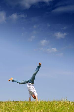 feat: Ni�a de hacer acrobacias haza�a para la diversi�n en el flanco de la colina