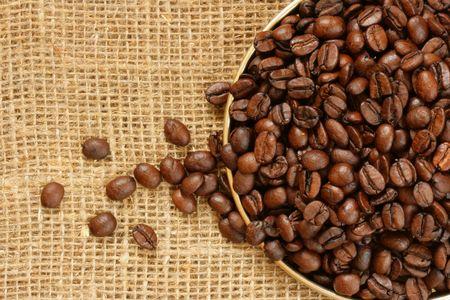comida colombiana: Placa de granos de caf� cerca a lo largo de arpillera