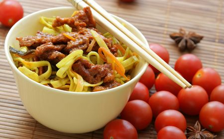 Chinese noodles and fried beef within bowl close-up Stock Photo - 1106754