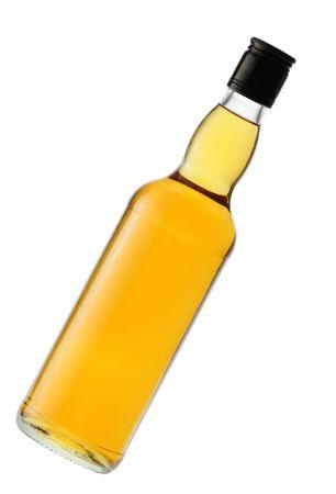 over packed: Bottiglia di whiskey compresso isolato nel corso di un whte sfondo