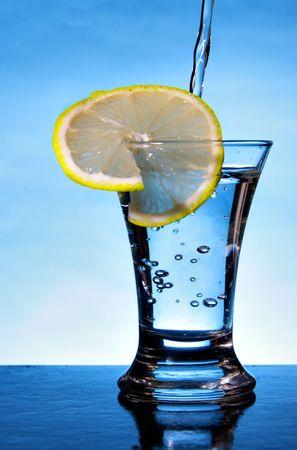 bocal: Wineglass of alcoholic beverage with lemon slice