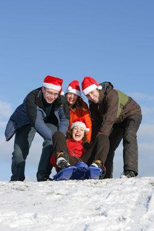 toboga: Santa amici con cappelli a scivolo in inverno