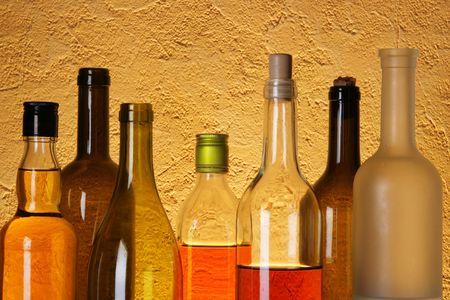 bebidas alcoh�licas: Muchas botellas de bebidas alcoh�licas durante textura de fondo