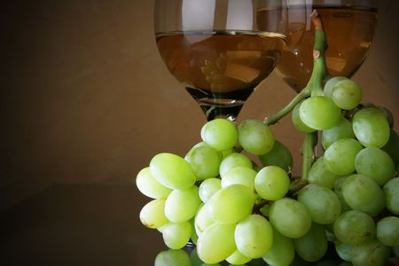 bocal: Still-life with bunch of grapes and white wine