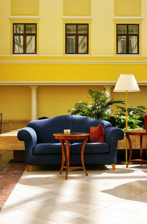 divan: Innenansicht Atrium mit blauen Sofa und Lampe