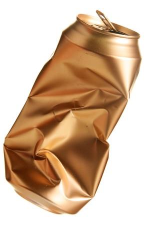 gold cans: Crushed birra pu� isolato su sfondo bianco