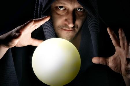 adivino: Hechicero brillante con esfera m�gica close-up