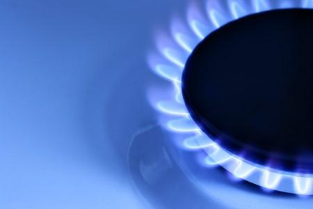 estufa: Llama de gas azul sobre encimera y en el espacio para el texto a la izquierda Foto de archivo