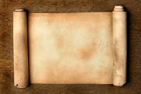 paper curl: Antigua mesa de madera sobre el desplazamiento de cerca Foto de archivo