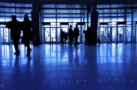 beursvloer: Toegang tot moderne gebouw en de mensen silhouetten