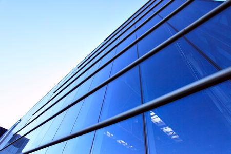bedrijfshal: Perspectief van de glazen wand modern industrieel gebouw