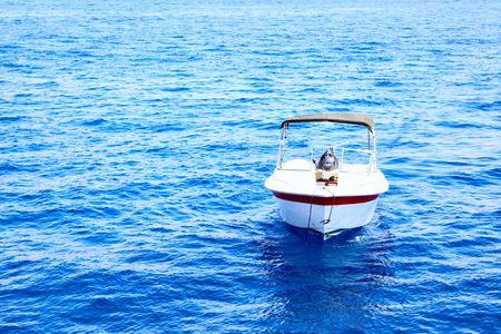 motorizado: Blanco con toldo motorizado barco en el mar