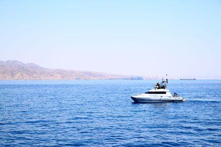 motorizado: Blanco yates a motor en el mar