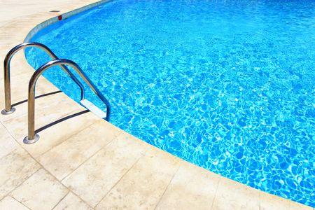 бассейн: Плавательный бассейн с лестницы в отеле крупным планом