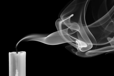 candle: Uitgedoofde kaars met rook (metafoor van de dood) Stockfoto