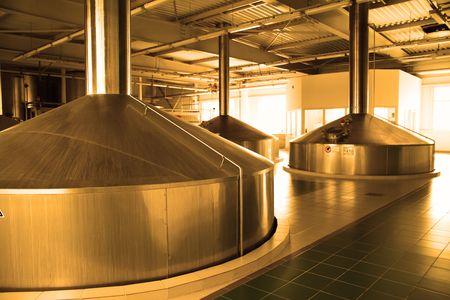 brew beer: Cervecer�a moderna - taller con dep�sitos de fermentaci�n de acero Foto de archivo