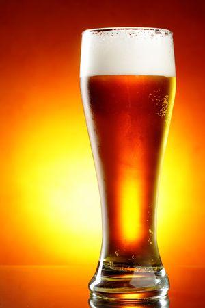 ámbar: Vaso de cerveza con espuma de cerca