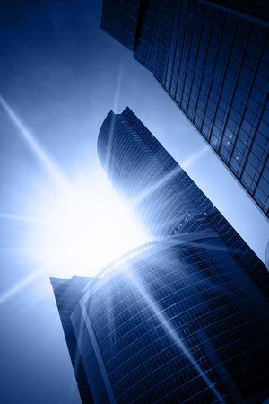 schittering: Moderne wolkenkrabbers close-up en in de zon schittering
