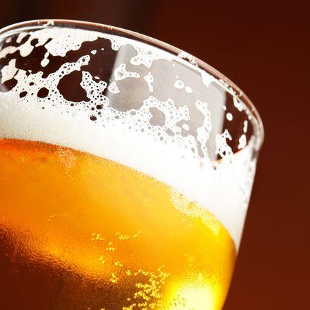 vasos de cerveza: Cierre de vidrio de cerveza con espuma de