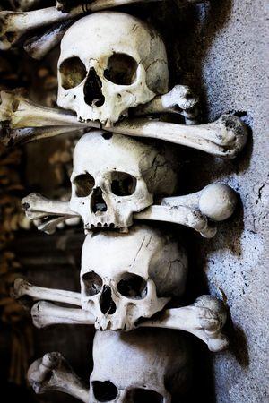 beenderige: Schedels en botten in de kapel van de bot in Kutna Hora, Tsjechië  Stockfoto