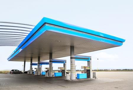 bomba de gasolina: La estaci�n de repostaje de gas con cerca de techo azul-up Foto de archivo