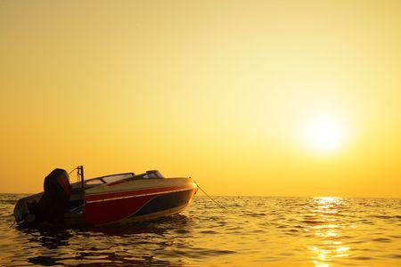 motorizado: Bote motorizado y mar en sundown  Foto de archivo