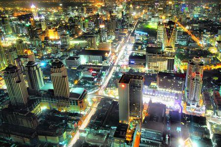 hdr: Vue a?rienne de la silhouette de la ville pendant la nuit. Bangkok. Tha?lande. Banque d'images