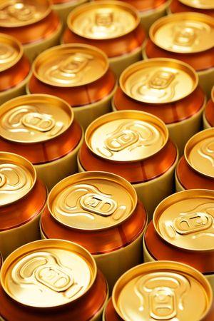 gold cans: Gran parte di lattine d'oro da vicino