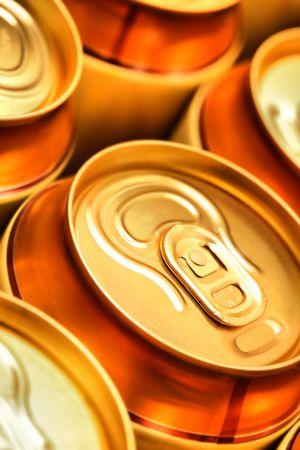 gold cans: Birra oro lattine da vicino. DOF superficiale! Archivio Fotografico