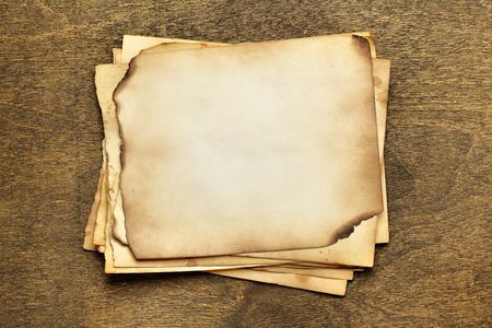 papier brul�: Pile de vieux papiers sur une table en bois