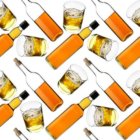 whisky bottle: Seamless pattern - Bottles and glasses of whisky over white background