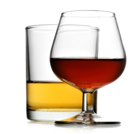 bebidas alcoh�licas: Bebidas alcoh�licas aisladas sobre fondo blanco