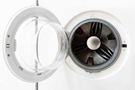 clothes washer: Blanco lavadora con primeros planos de puerta abierta