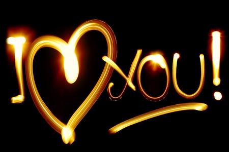 romantico: I LOVE YOU frase creada por luz sobre fondo negro