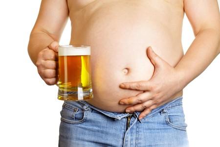 sobrepeso: Hombre con taza de cerveza aislada sobre el fondo blanco  Foto de archivo