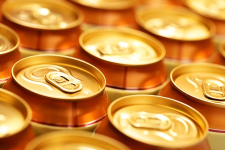 gold cans: Birra oro lattine da vicino. Shallow DOF!