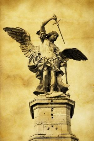 michele: Statua di San Michele sulla parte superiore del castello di Sant Angelo a Roma. Italia. Archivio Fotografico