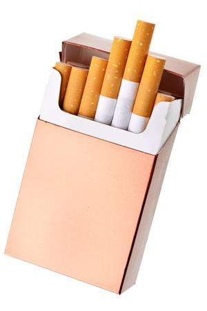 Sigaretpak over de witte achtergrond wordt geïsoleerd die